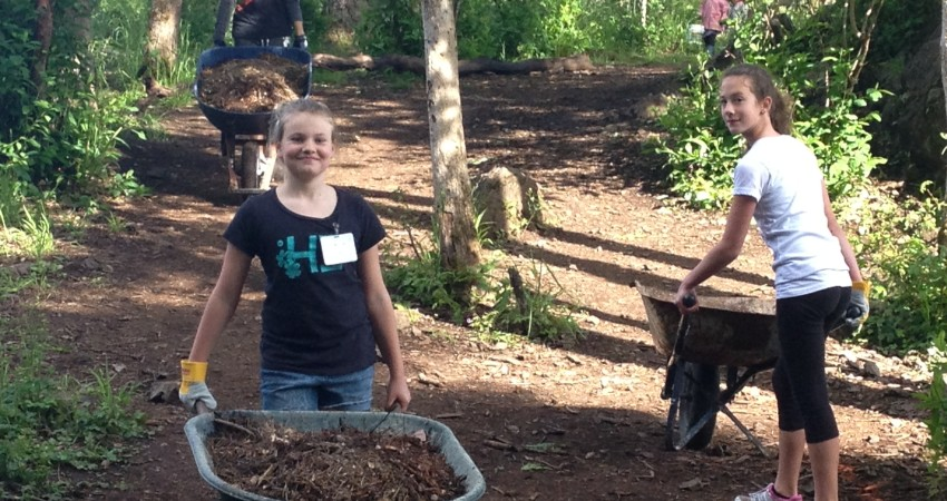Students, Staff & Parents Naturescaping our Wooded Area
